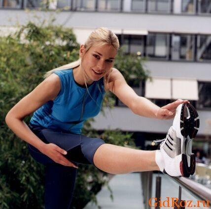 Занятия споротом, стрессы, жара - все это причины чрезмерного потоотделения! Один из выходов - тщательно подбирайте обувь и носки!