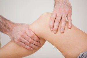 Почему может опухнуть колено и как его лечить?