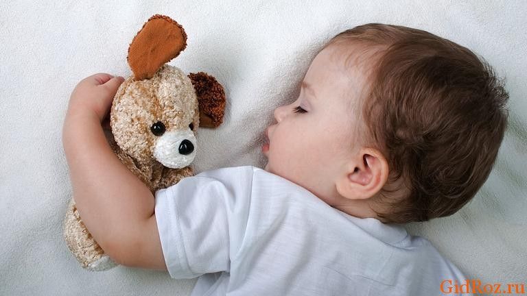 Почему у ребенка мокрая голова?