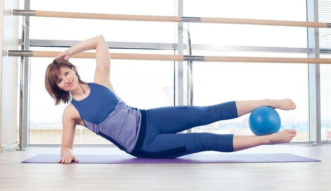 Упражнения для внутренней стороны бедра с мячом